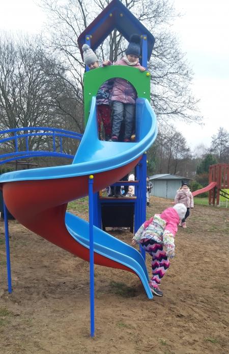 Zabawa na nowym placu przedszkolnym